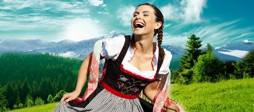 Junge Frau in bayerischer Tracht auf einer Bergalm.